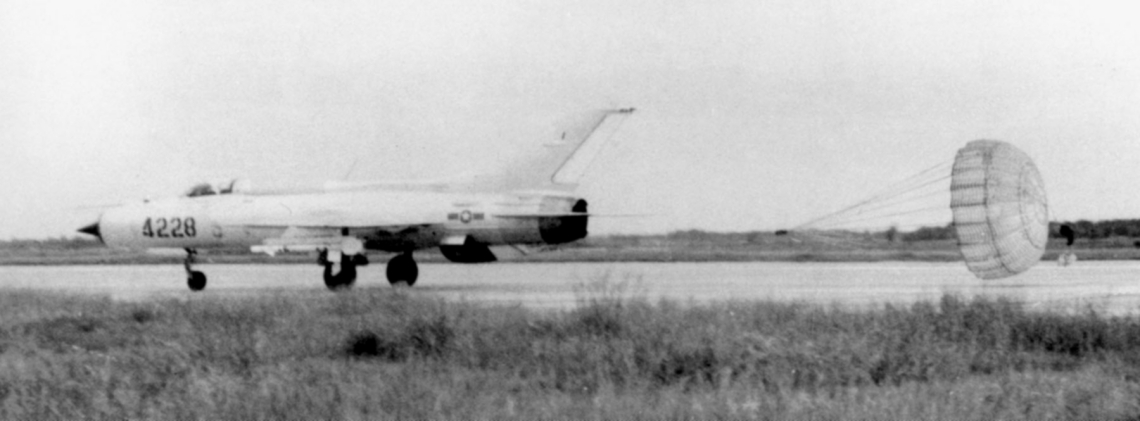 vpaf_mig-21_landing_with_chute